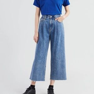 Levi's ribcage pleated cropped jeans